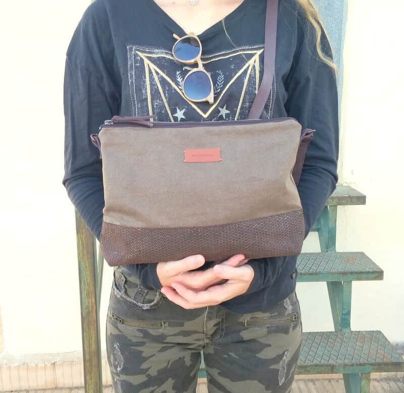 Crossbody day bag khaki held in hands