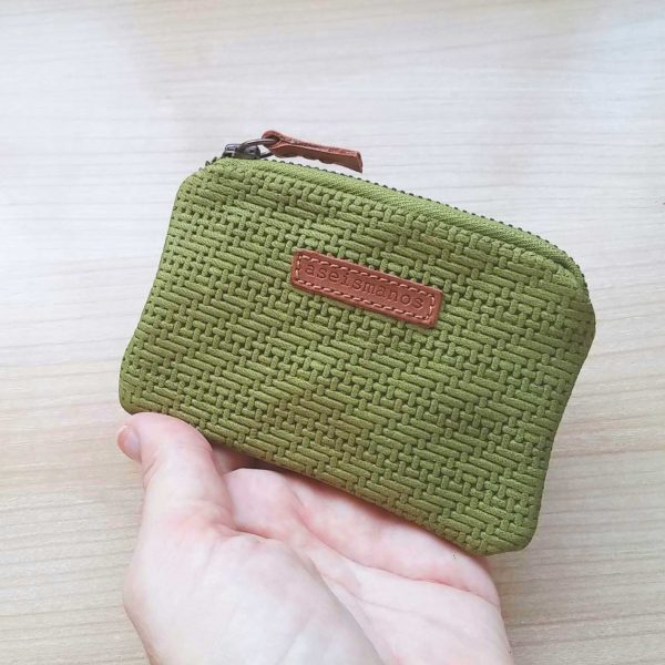 Engraved-leather-coin-purse2-held-in-hand