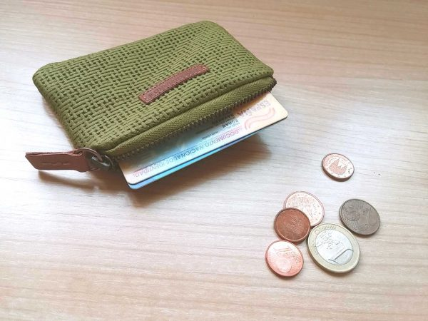 Engraved-leather-coin-purse1-showing-capacity