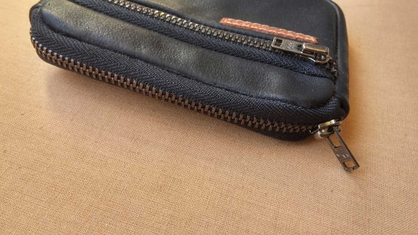 mens-leather-wallet-zippers-view