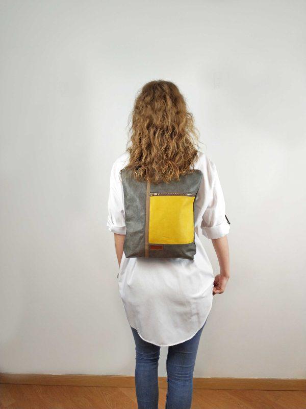 mochila a la espalda