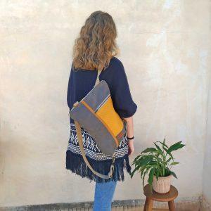 bolso mochila aseismanos colocada en un hombro