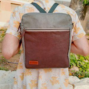 `puesto como mochila