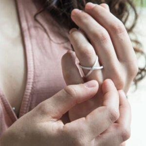 anillo puesto en mano