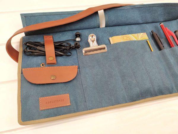 Estuche enrollable grande de aseismanos mostrando detalles del bolsillo  y sujeta cables