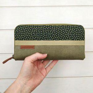 aseimanos wallet held in hand