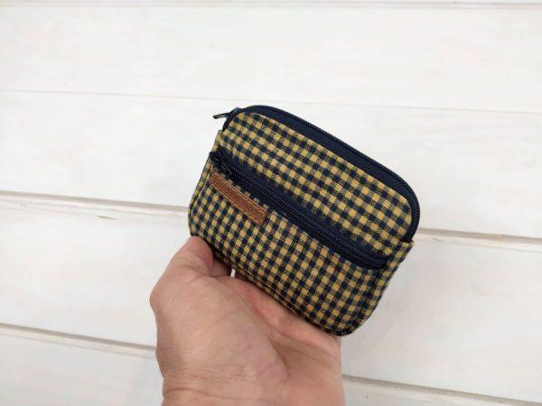 aseismanos retro wallet held in hand